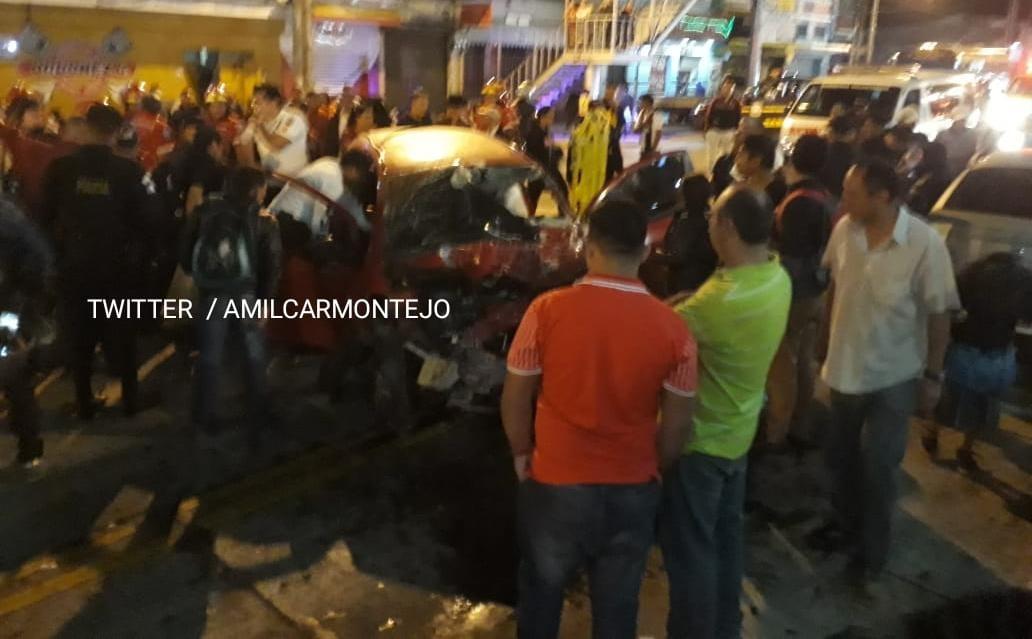 Curiosos observan el accidente en la Avenida Bolívar y 32 calle. (Foto Prensa Libre: @amilcarmontejo).