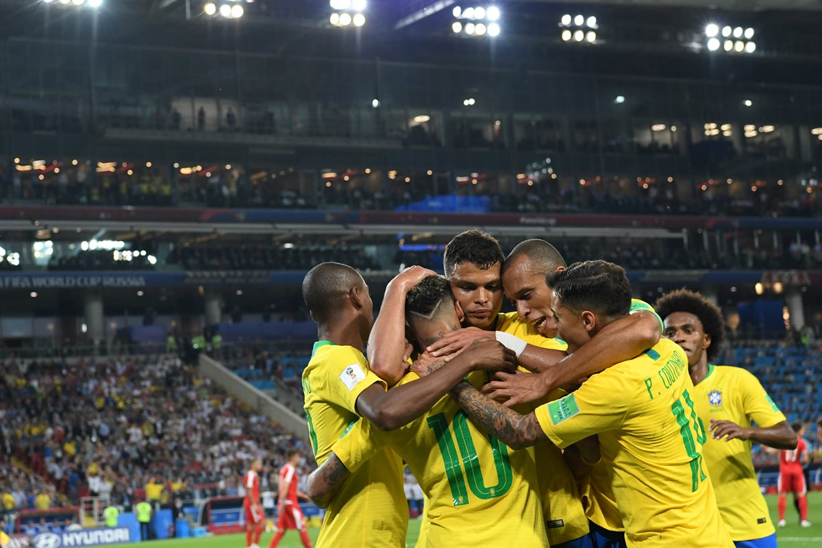 Paulinho y Thiago Silva le dan la victoria y el primer lugar a Brasil