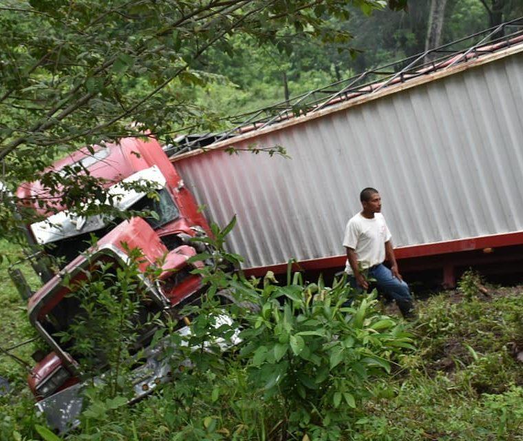 Uno de los tráileres implicados en el accidente, en la cuesta de El Manacal, kilómetro 193 de la ruta al Atlántico, Los Amates, Izabal, registra daños menores. (Foto Prensa Libre: Dony Stewart)