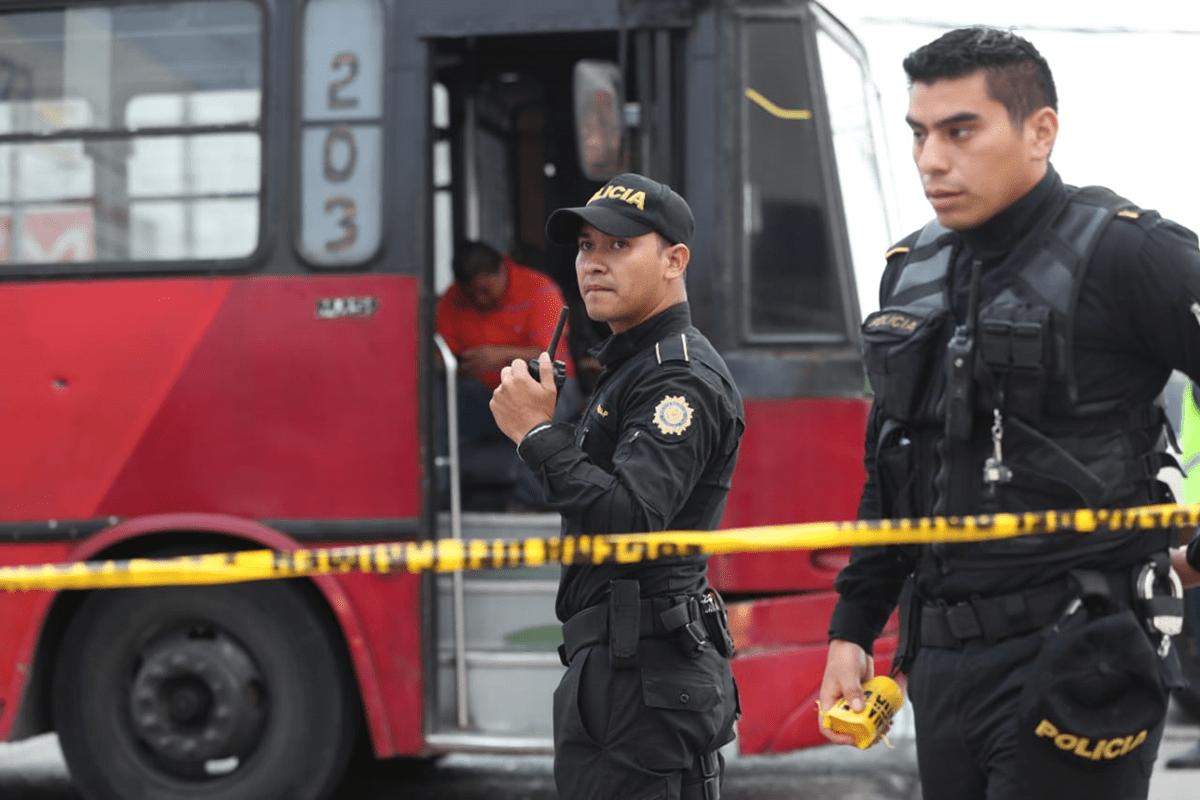 Policías resguardan el área donde se perpetró el ataque armado en la zona 6. (Foto Prensa Libre: Érick Ávila)