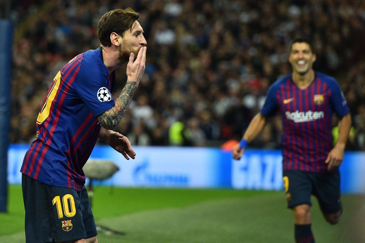 Así festejó Lionel Messi su primer gol en Wembley. (Foto Prensa Libre: AFP)