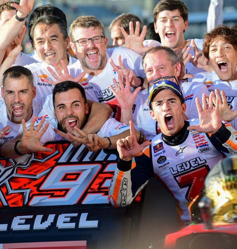 Marc Márquez celebra junto a su equipo el título del mundial de Moto GP 2018. (Foto Prensa Libre: AFP)