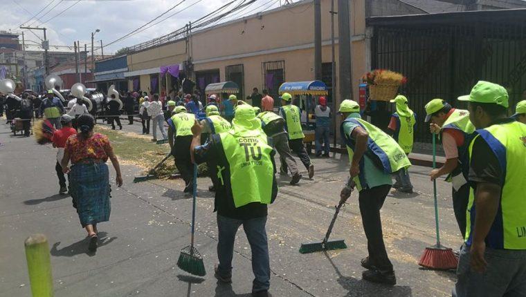 Trabajadores de la comuna de Guatemala recogen todo tipo de desechos que fueron dejados luego de la procesión de Jesús Nazareno del Rescate en la zona 1. (Foto Prensa Libre: Yanira Alvizurez).