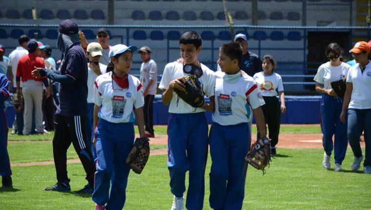 Los niños mostraron su entusiasmo por la práctica del béisbol. (Foto Prensa Libre: Cortesía Estuardo Ibarra, Fedebeis)