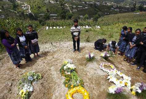ESTUDIANTES DE la Escuela Normal Rural de Occidente visitan la tumba de tres de víctimas.