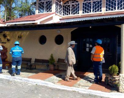 Personal de Energuate suspende el servicio en la residencia del concejal, Marlon Gómez López. (Foto Prensa Libre: Cristian Icó)