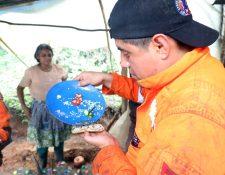 Un socorrista se alimenta con lo que recibió de una familia de campesinos. Foto Prensa Libre: Renato Melgar.