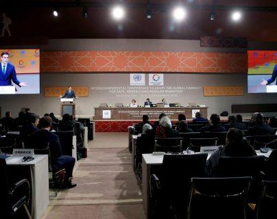 El presidente del Gobierno español, Pedro Sánchez, durante su intervención en la cumbre sobre la migración organizada por Naciones Unidas en Marruecos. (Foto Prensa Libre: EFE)
