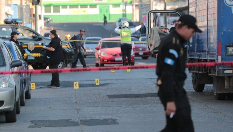 En dos sucesos de violencia, presuntos pandilleros, atacaron a balazos a empleados de una empresa repartidora de agua embotellada. (Foto Prensa Libre: Álvaro Interiano)