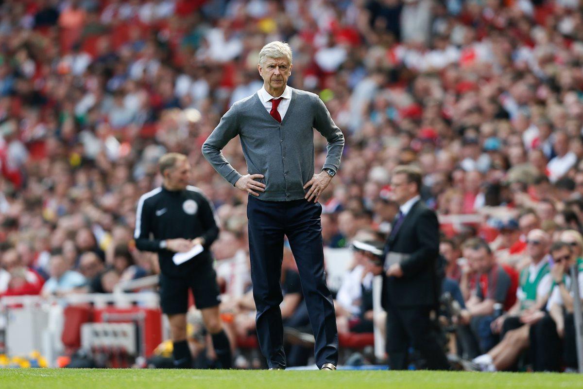 Arsene Wenger observa a sus pupilos en durante el juego entre el Arsenal y el West Ham. (Foto Prensa Libre: AFP)