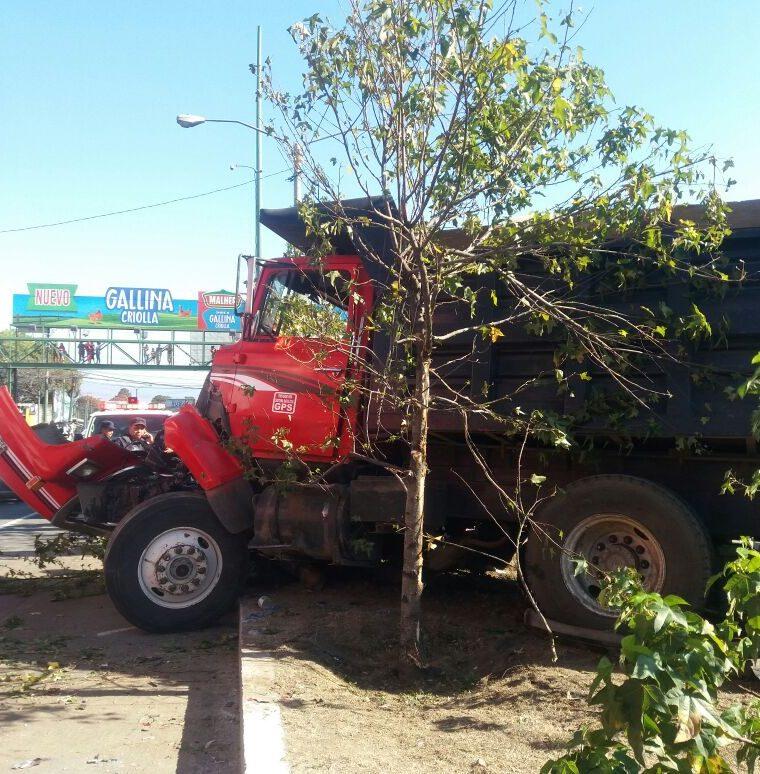 Este fue el camión de volteo que produjo el accidente. (Foto Prensa Libre: La Red)