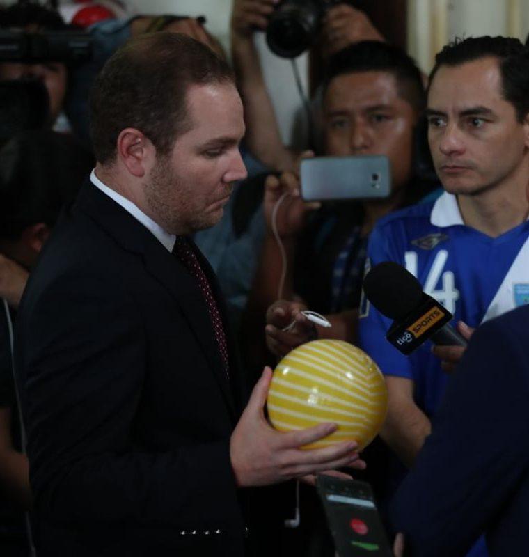 Carlos Figueroa, presidente de la AFG, junto a Álvaro Arzú Escobar, presidente del Congreso. (Foto Prensa Libre: Esbin García)