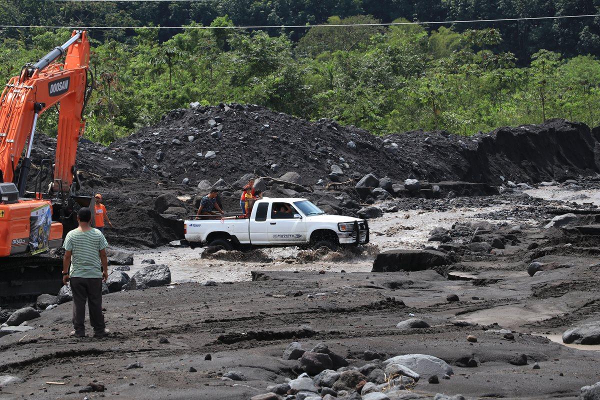 Maquinaria trabaja para habilitar el paso a vehículos de doble tracción. (Foto Prensa Libre: Carlos Paredes)