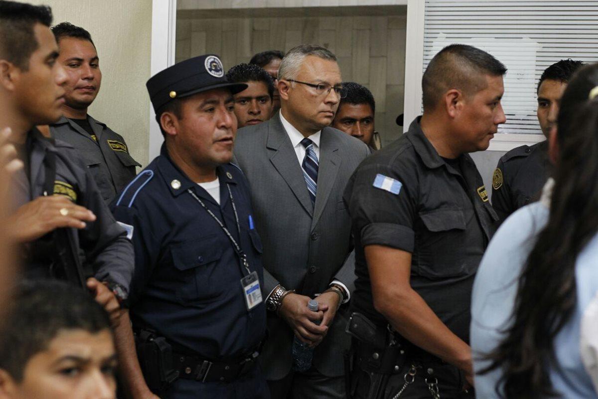 Salvador González, alias Eco, ingresa al Juzgado Tercero Penal, en la Torre de Tribunales.(Foto Prensa Libre: Paulo Raquec)