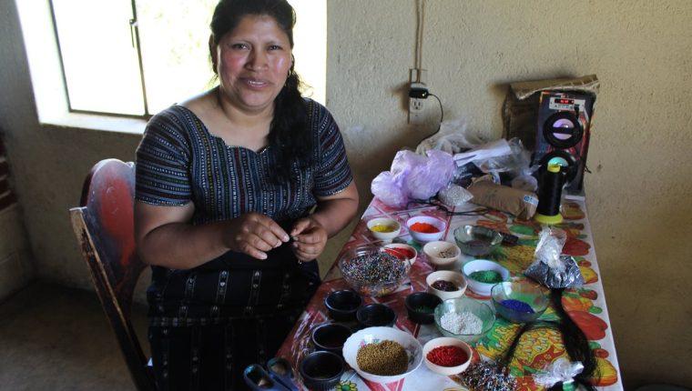 Olga Tunay Castro, quien elabora productos con mostacilla, tiene su taller en Chaquiyjá Central, Sololá. (Foto Prensa Libre: Cortesía de Puente de Amistad).