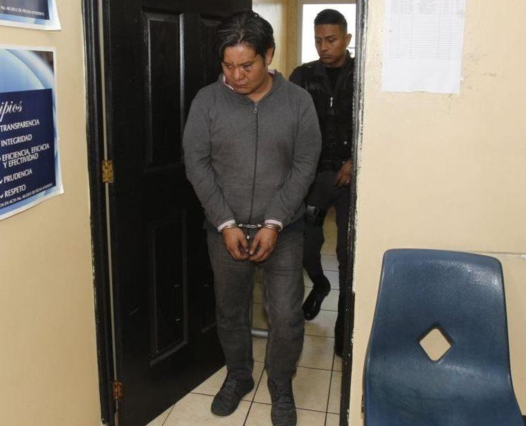 Juan Carlos Yoc Patzán quedó ligado a proceso por haber arrollado a agente de Tránsito. Antes fue vapuleado por testigos del hecho. (Foto Prensa Libre: Paulo Raquec)