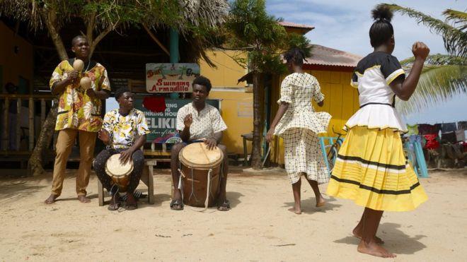El baile y las canciones garífunas, descendientes de los esclavos negros de África llevados a el Caribe, son Patrimonio Cultural Inmaterial de la Humanidad de la UNESCO. GETTY IMAGES