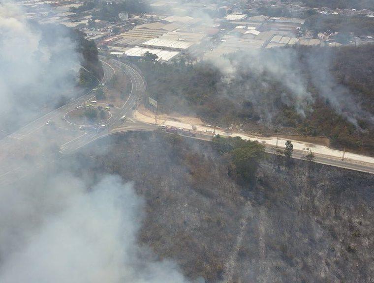 Vista aérea del incendio sobre terrenos cercanos al bulevar El Naranjo. (Foto Prensa Libre: Conred)