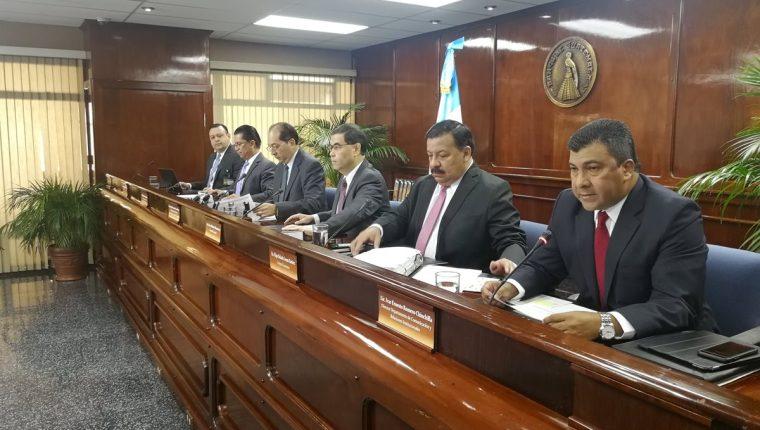 Sergio Recinos (al centro) presidente en funciones del Banguat informó que la Junta Monetaria emitió opinión favorable al endeudamiento público para 2019 en conferencia de prensa. (Foto Prensa Libre: Urías Gamarro)