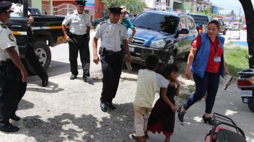 Agentes policiales y personal de la PGN trasladan a tres menores a una casa hogar. (Foto Prensa Libre: PNC)