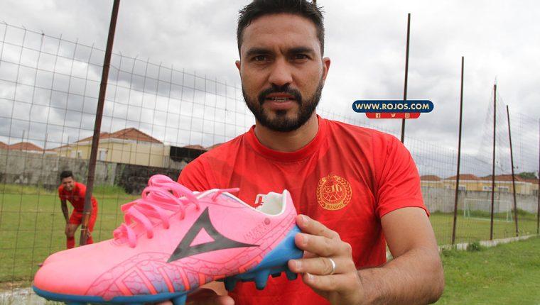 Carlos Kamiani luce sus botines rosados. (Foto Prensa Libre: Cortesía Municipal)