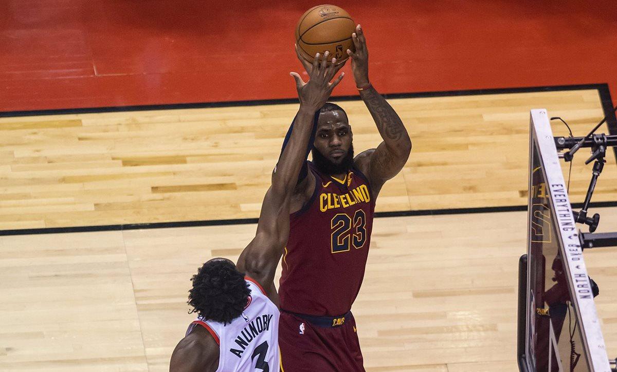 LeBron James fue pieza clave para los Cleveland Cavaliers. (Foto Prensa Libre: EFE)