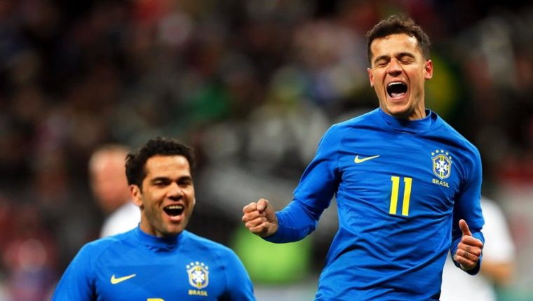 El jugador brasileño Philippe Coutinho (dcha) celebra con Dani Alves el gol conseguido durante el partido amistoso disputado ante Rusia. (Foto Prensa Libre: EFE)