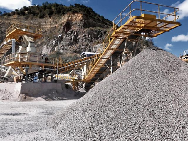 Las trituradoras mecánicas reducen las piedras a los tamaños solicitados, se clasifican y limpian para despachar.