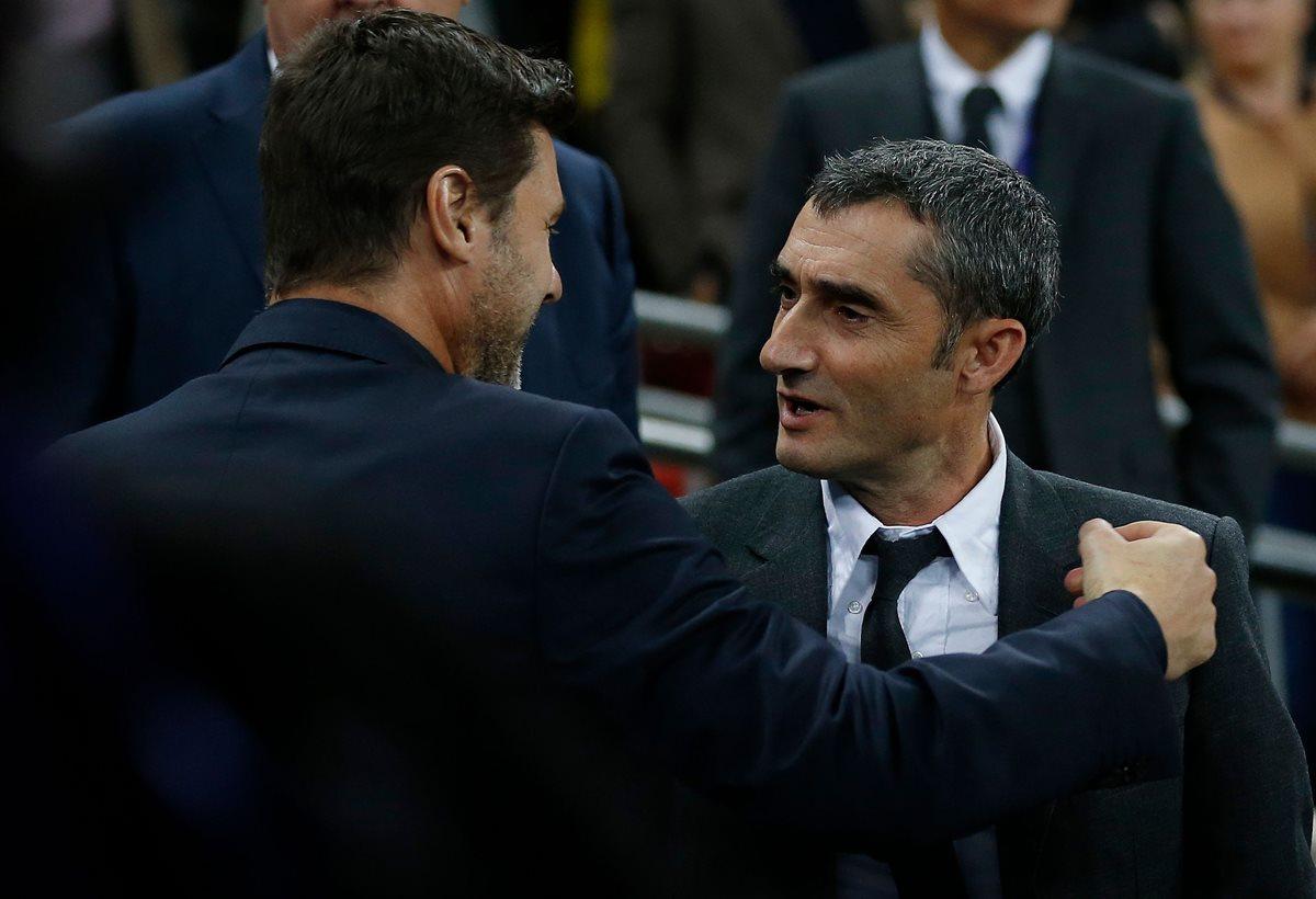 Mauricio Pochettino y Ernesto Valverde se saludan antes del juego de la Champions. (Foto Prensa Libre: AFP).