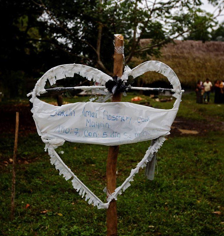 En Raxruhá, la familia de Jakelin Caal colocó un corazón blanco sobre una cruz con el nombre y edad de la pequeña que murió en la custodia de la Patrulla Fronteriza de Estados Unidos. (Foto Prensa Libre: EFE)