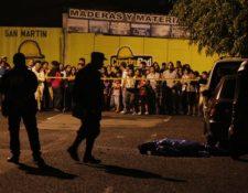 Autoridades recaban evidencias en el lugar donde fue ultimado Carlos Cisneros. (Foto Prensa Libre: Paulo Raquec)