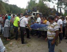 Socorristas utilizan camilla para trasladar a pacientes en la ruta de Cobán a Chisec, debido a bloqueo de manifestantes. (Foto Prensa Libre: Eduardo Sam)