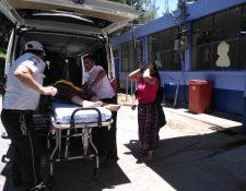 Socorristas ingresan a la menor al Hospital Nacional de Sololá, en estado crítico. (Foto Prensa Libre: Ángel Julajuj)