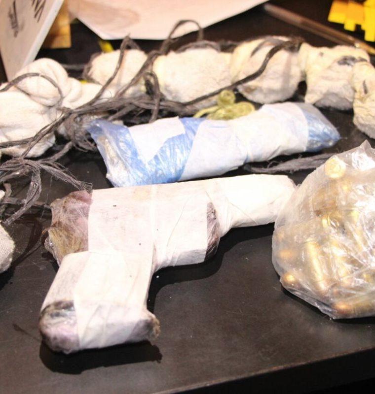 Varias armas de fuego fueron encontradas durante requisa en cetro carcelario. (Foto Prensa Libre: PNC)