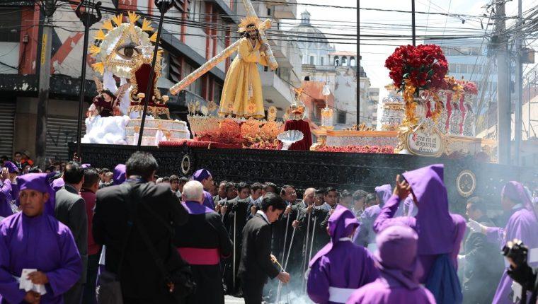 Imagen de Jesús Nazareno de la Indulgencia del Beatario de Belén a su paso por la 13 calle y 9 avenida de la zona 1 de la capital. (Foto Prensa Libre: Álvaro Interiano).