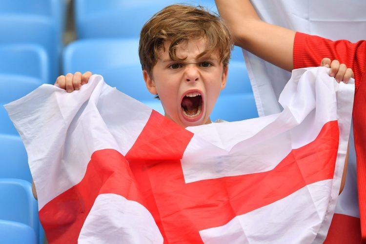 Un pequeño aficionado inglés celebra uno de los goles contra Suecia. (Foto Prensa Libre: AFP).
