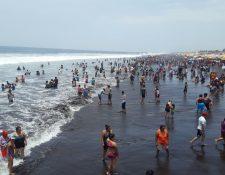La playa del Puerto San José luce abarrotada de visitantes este domingo de Consulta Popular. (Foto Prensa Libre: Enrique Paredes).