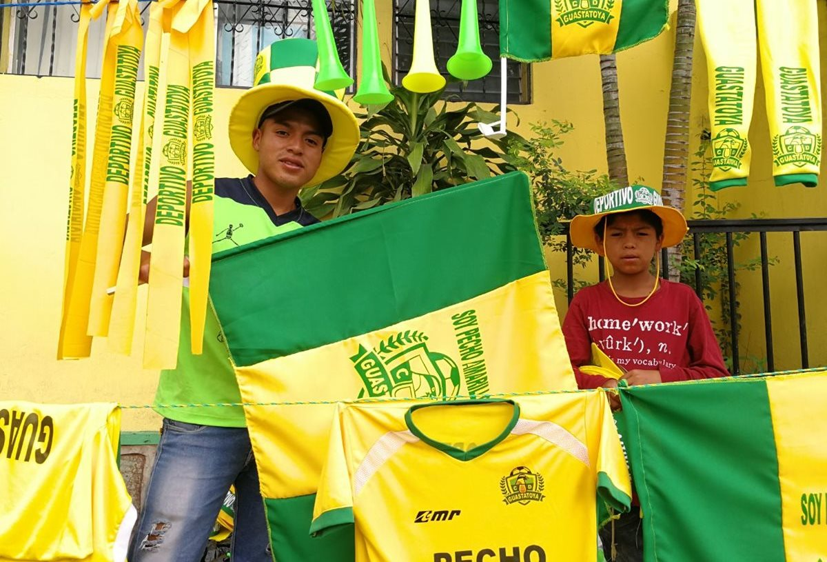 Juan y su primo están listos para la final entre Guastatoya y Xelajú MC. (Foto Prensa Libre: Jorge Ovalle)