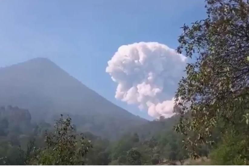 Volcán Santiaguito lanza humo y ceniza sobre comunidades cercanas, en Quetzaltenango y Retalhuleu. (Foto Prensa Libre: Twitter Adolfo Sac)