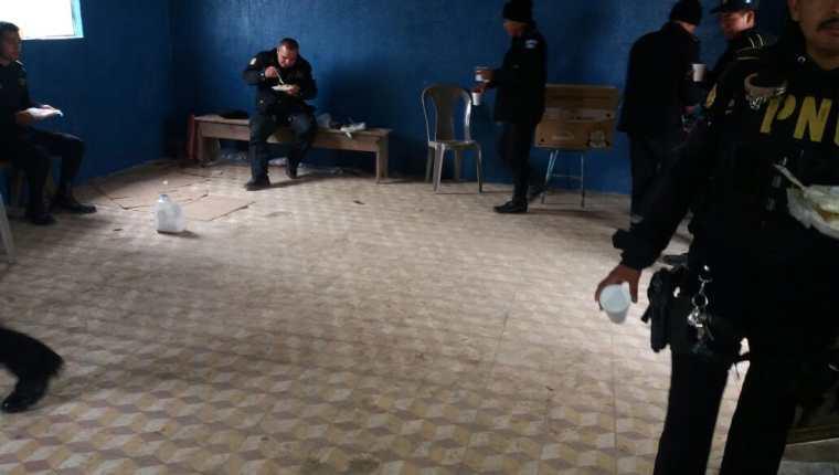 Los agentes de la PNC permanecieron retenidos más de 24 horas, en Tajumulco, San Marcos. (Foto Prensa Libre: Cortesía)