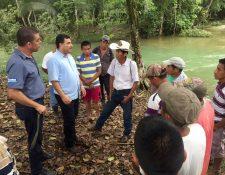 Pobladores dialogan con autoridades respecto de la contaminación del río. (Foto Prensa Libre: Dony Stewart).