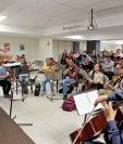 el maestro Heber Morales dirige la orquesta y coro que interpretará El Mesías de este año.