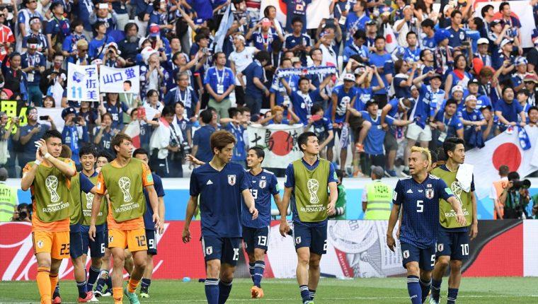 Los japoneses celebran después de saber que clasifican a octavos de final de Rusia 2018. (Foto Prensa Libre: AFP)