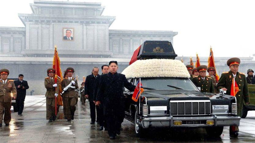 Kim Jong-un, entonces de 27 años, se mostró abrumado y varias veces rompió a llorar durante el funeral de su padre.
