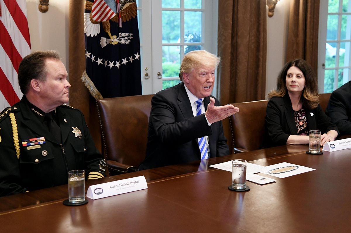 Trump (centro) habla durante una reunión con líderes y funcionarios públicos de California. (Foto Prensa Libre:EFE).