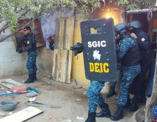 Momento en que elementos de la PNC dramatizan captura de supuesto pandillero del Barrio 18 en San Pedro Ayampuc. (Foto Prensa Libre: Cortesía PNC)