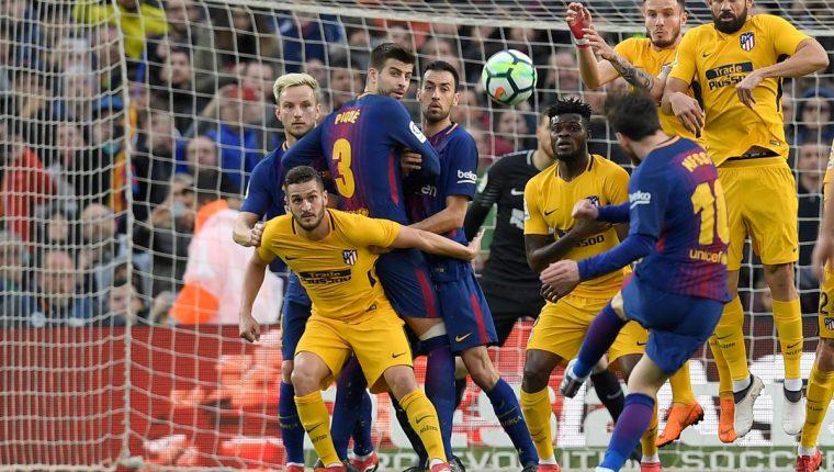Lionel Messi dispara con su habitual magia para marcar el 1-0 del Barcelona frente al Atlético. (Foto Prensa Libre: AFP)