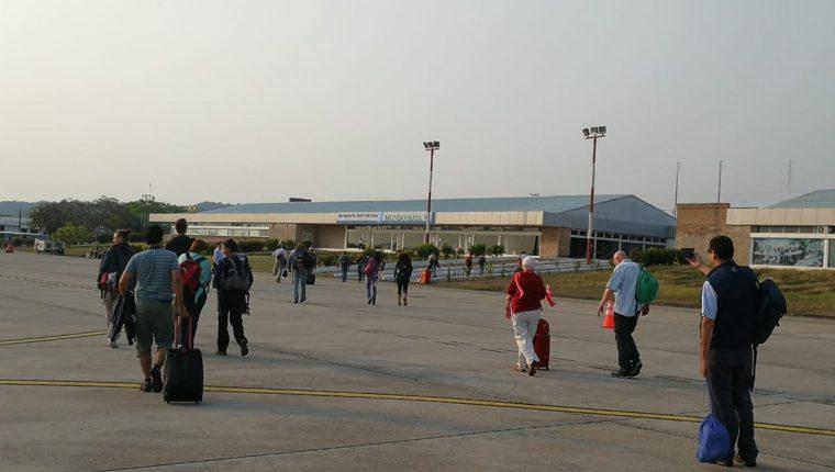 Decenas de turistas llegan cada día a Petén vía aérea, por lo que la suspensión del servicio de energía eléctrica representaría una complicación para ese sector. (Foto Prensa Libre: César Pérez Marroquín)