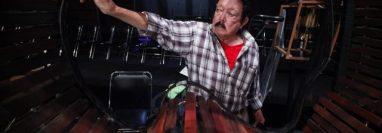 El compositor y músico guatemalteco Joaquín Orellana, diseñó y construyó los útiles sonoros,  Algunos de ellos serán expuestos en Nueva York.  instrumentos que producen sonidos.(Foto Prensa Libre: mcd.gob.gt)