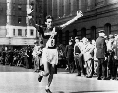 Doroteo Guamuch Flores en el momento que ingresa a la meta en Boston, en 1952. (Foto Hemeroteca PL).